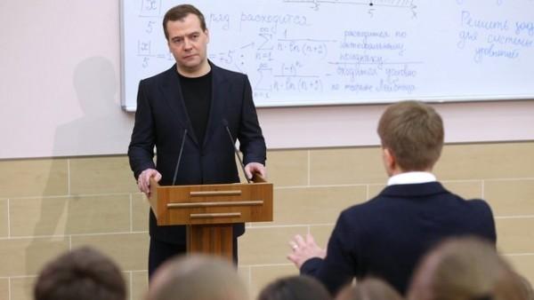 Медведев допустил увеличение базовых зарплат преподавателей