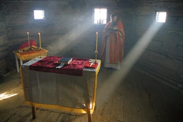 Литургия в старом храме. Фото: Сергей Веретенников