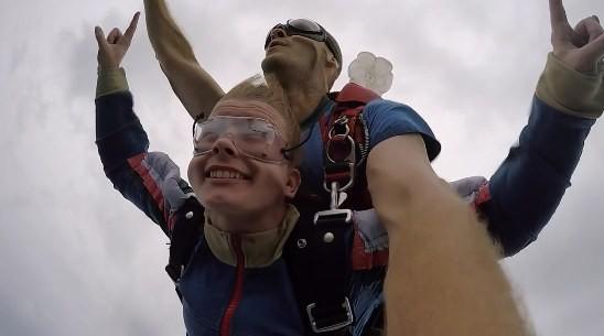 В Барнауле инвалиды-колясочники прыгнули с парашютом