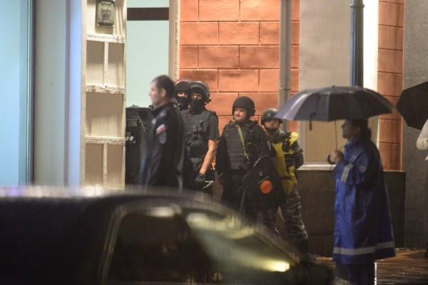Нетрезвый мужчина захватил заложников в банке в центре Москвы