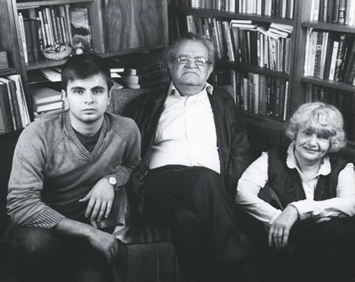 Фазиль Искандер с женой Антониной Хлебниковой и сыном Фото из архива Фазиля Искандера/medved-magazine.ru