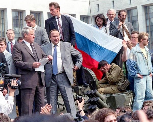 Борис Ельцин на танке. Фото: Getty Images