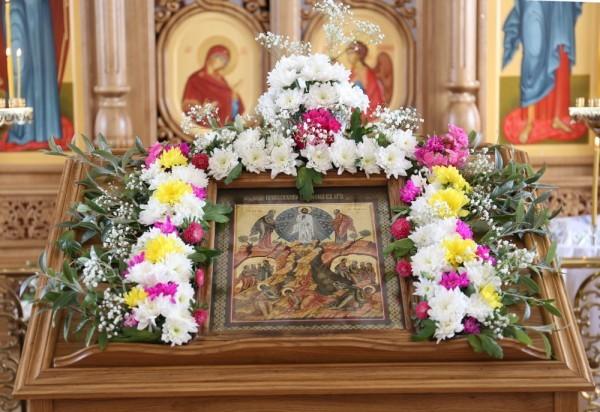 Люди с любовью относятся к храму, и праздничную икону украшают живыми цветами – а здесь, на Крайнем Севере, это целое состояние!