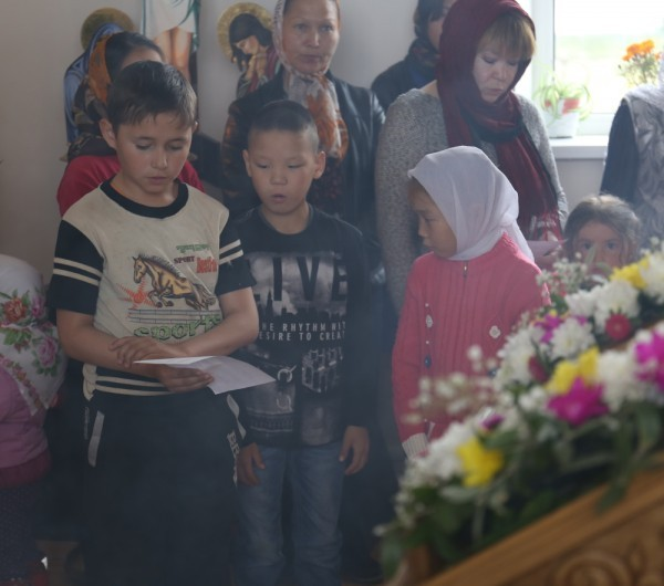 Дети в храме стоят внимательно, не шалят, подпевают тропарь и кондак.