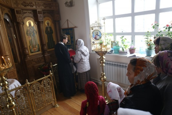 Желавших принести покаяние было очень много. Исповедовать владыка Роман и отец Сергий вышли вместе.