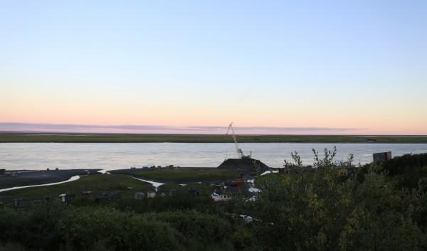 День все еще долгий, ночью горизонт розово-голубой.