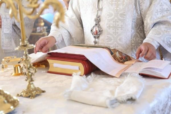 … в него вкладывается частица мощей – престол освящен!
