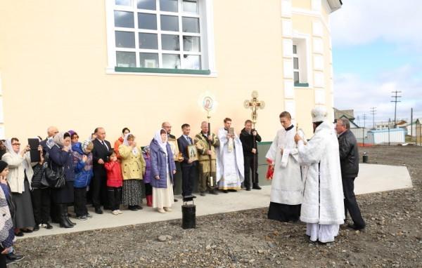 Служба завершается крестным ходом под почти ясным северным небом.