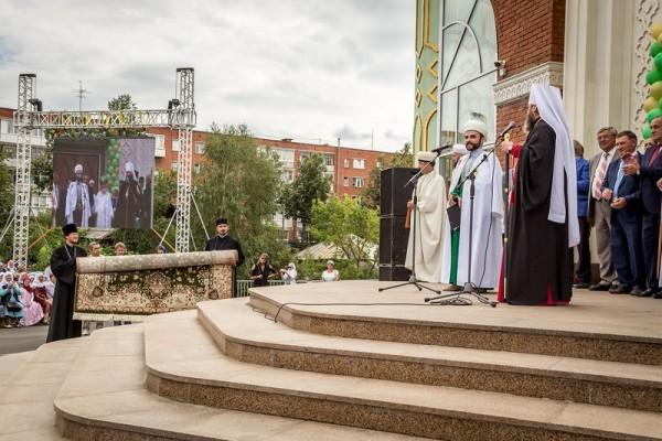 Глава Удмуртской митрополии подарил ковер новой центральной мечети Ижевска