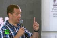 Медведев посоветовал недовольным зарплатой учителям идти в бизнес