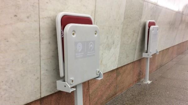 Откидные кресла для инвалидов и пожилых людей установили в метро Москвы