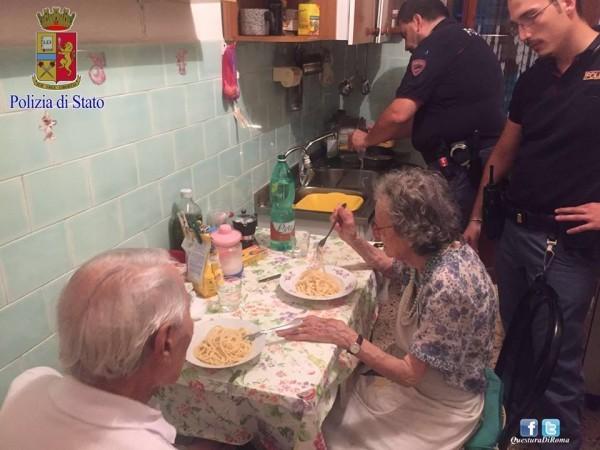 Полицейские накормили ужином напуганных новостями пожилых супругов