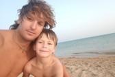 «Я понимал, что плыву в одну сторону»: тренер спас тонущую семью в Анапе