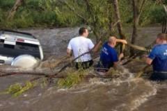В Приморье инспектор ДПС спас людей из тонущего автомобиля