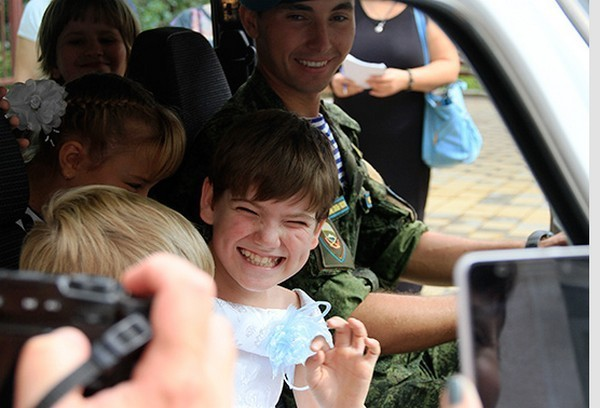 Десантники, победившие всоревнованиях, передали приз детям-инвалидам