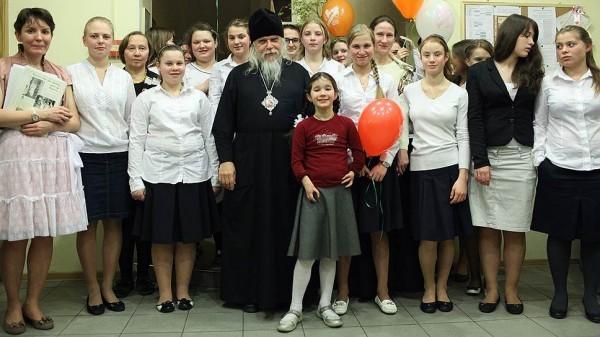 Владыка Пантелеймон с православными девушками. Фото diaconia.ru