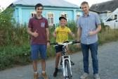Интернет-пользователи подарили мальчику велосипед за спасение щенка из канавы с водой