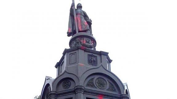 Вандалы облили краской памятник Владимиру Святому в Киеве