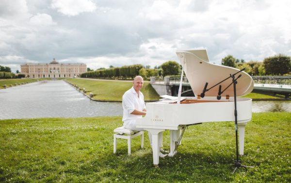 Благотворительный марафон: в Петербурге музыкант будет играть 24 часа подряд