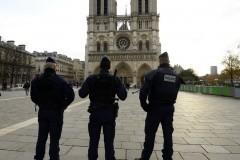 У Собора Парижской Богоматери нашли машину с газовыми баллонами