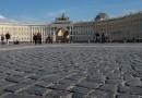 Туристы разобрали часть Дворцовой площади на сувениры