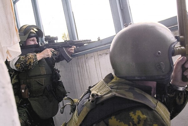 Сотрудник «Альфы» прапорщик Олег Лоськов (слева) ведёт наблюдение за школой