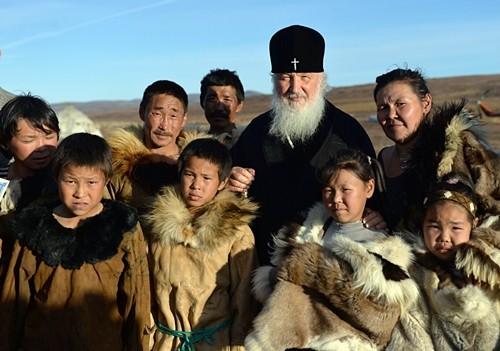 Патриарх Кирилл подарил оленеводам Чукотки Евангелие и кресты