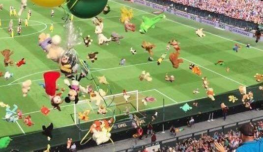 В Голландии футбольные фанаты забросали больных детей игрушками