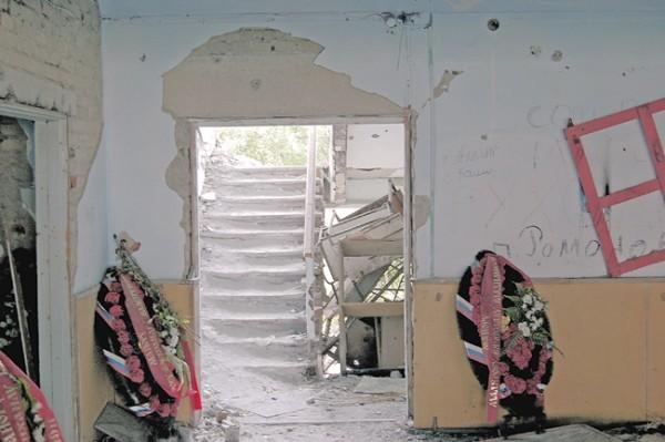 Венки в полуразрушенном здании на месте гибели сотрудников Центра специального назначения ФСБ России