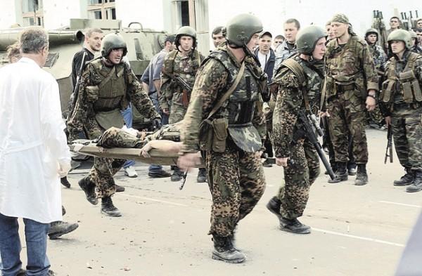 Бойцы выносят раненого товарища