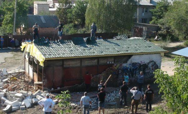 НаКиевщине радикалы снесли строящийся храм УПЦ