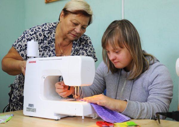 Жители Омска с синдромом Дауна устроились на работу в швейную мастерскую