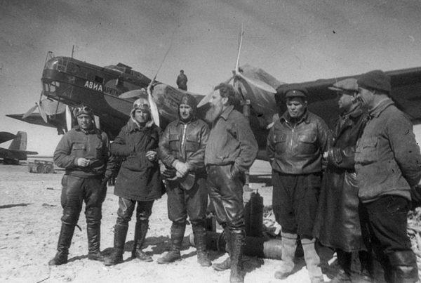 Участники экспедиции на Северный полюс. В центре - Отто Шмидт