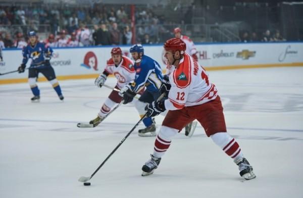 Звезды хоккея отдали выручку от продажи билетов жителям Приморья