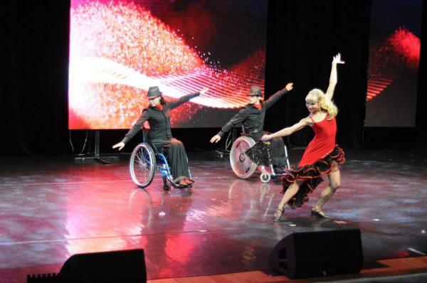 В Екатеринбурге проходит фестиваль с участием 230 танцоров-инвалидов