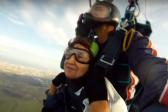 Жительница Перми отметила 80-летие прыжком с парашютом