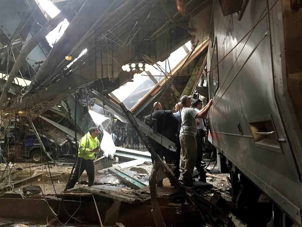 ss-160929-hobken-train-crash-02_1bb44bc9fc28d53bc792dffe0493e238-nbcnews-ux-1024-900