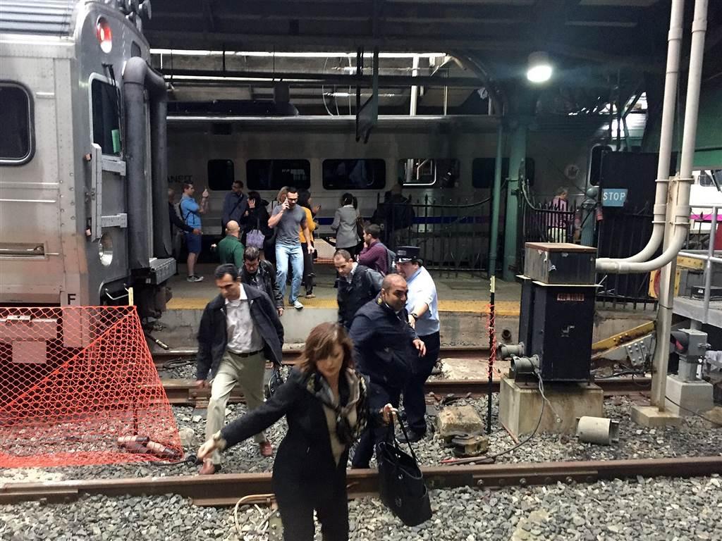 ss-160929-hobken-train-crash-03_1bb44bc9fc28d53bc792dffe0493e238-nbcnews-ux-1024-900