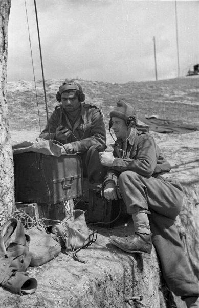 Гражданская война а Греции. 22 мая 1948 года. Два греческих солдата пытаются по радио выйти на связь со своей частью.