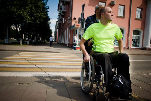 Медведев поручил изучить иностранный опыт по уходу за инвалидами