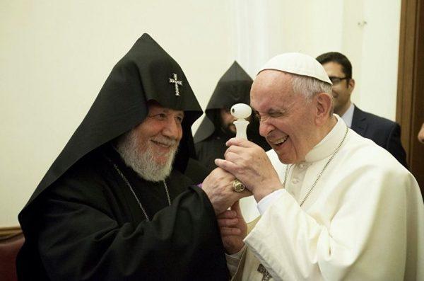 Папа Римский отблагодарил автора самого маленького его потрета
