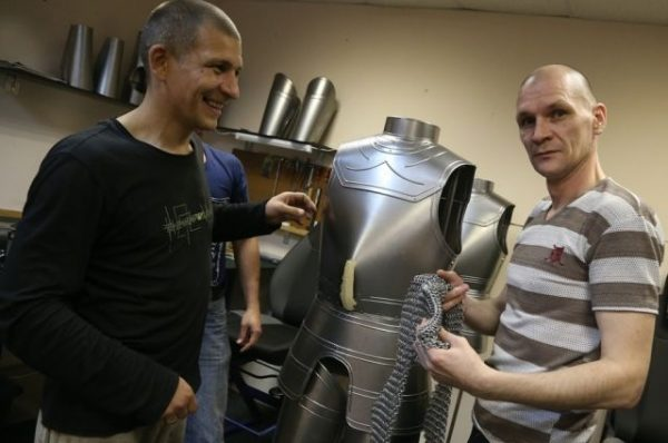 Экс-заключенные открыли мастерскую по изготовлению доспехов для рыцарей