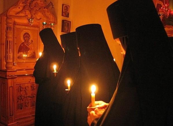 Потупив глаза, молятся о всех