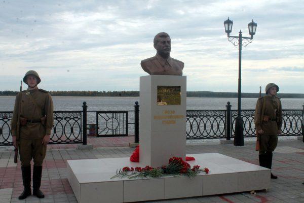 В Сургуте демонтировали памятник Иосифу Сталину