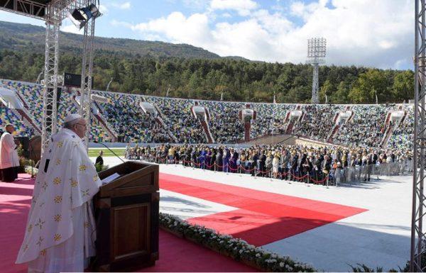 Папа Римский отслужил мессу на полупустом стадионе в Грузии