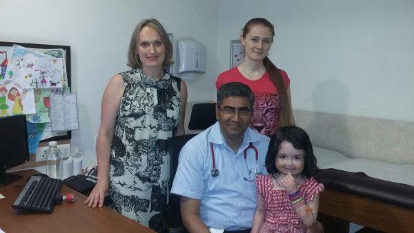 София Балакишиева, ее мама, доктор Ядав и координатор МедИндии Анна Бхати