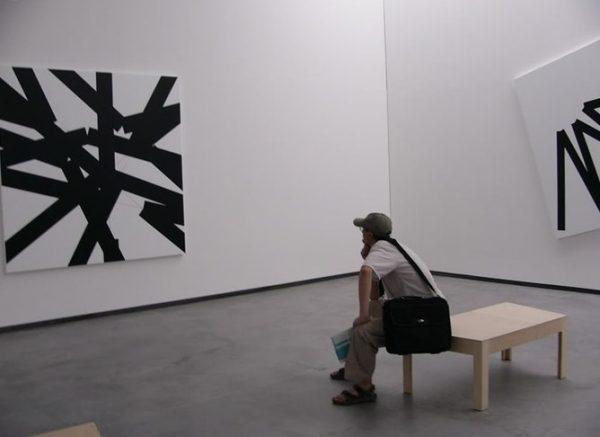 Народ падает перед иконами на колени, художник их сжигает…