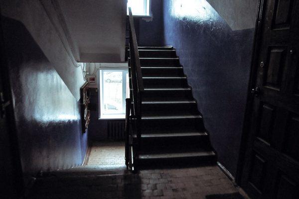 В Краснодарском крае нашли мать брошенных в подъезде маленьких детей