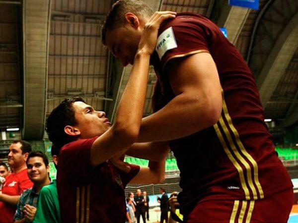 Форвард сборной России по мини-футболу подарил футболку слепому мальчику