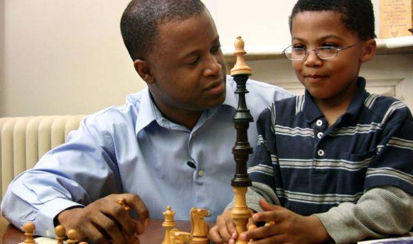 Морис Эшли, гроссмейстер и первый афроамериканец, завоевавший этот титул, со своим сыном